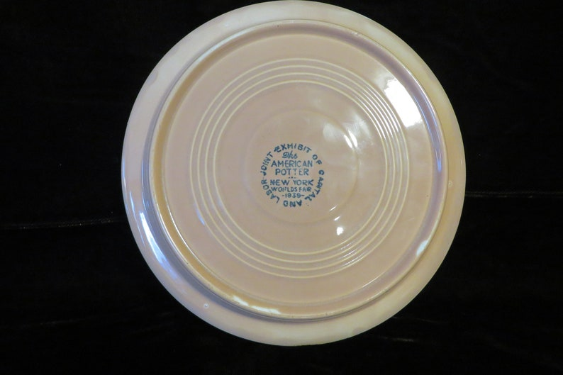 1939 New York World/'s Fair THE AMERICAN POTTER Plate    Gold color    7 18 Diameter    Made in U.S.A by Homer Laughlin Co.