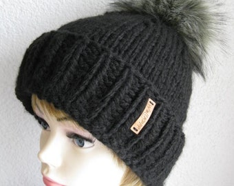 Lady bobble hat with pompom Fakefur Wolf