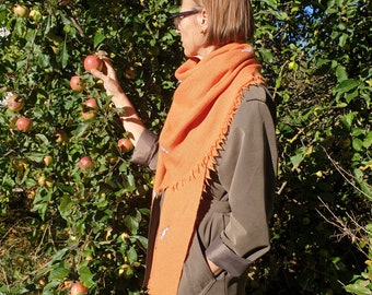 Triangular Shawl 07109 / Handmade Weaving on the Loom / Scarf / Warm Shawl / 100% Natural Wool / Stitched Foxes