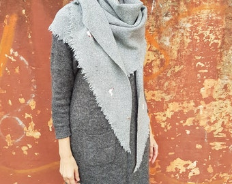 Triangular Shawl 19099 / Handmade Weaving on the Loom / Scarf / Warm Shawl / 100% Natural Wool / Stitched Roosters