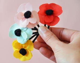 Barrette fleur en tissus et pompon noir. Accessoire coiffure fille. PInce à cheveux fleur.