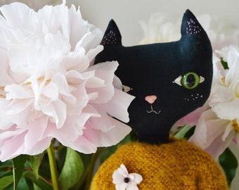 Arlette - Poupée chat noir . Poupée décorative en lin entièrement fabriquée à la main.