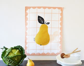 Torchon Poire géante. illustré imprimé fruit sur fond à carreaux roses sur fond blanc- . Essuie-main lin/coton - 42cm X 55 cm.