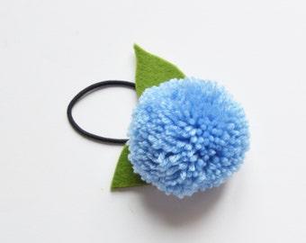 Elastique Pompon cheveux fille bleu lavande et feuilles vertes en feutre.