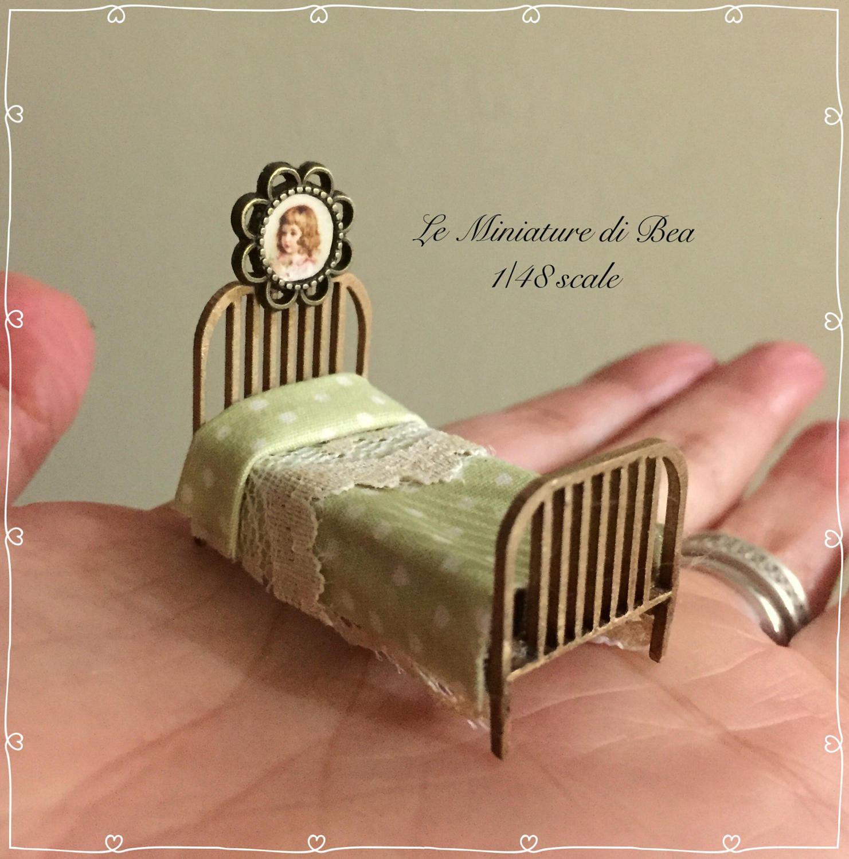 1 48 puppenhaus miniatur bett mit bild handgefertigt aus holz etsy. Black Bedroom Furniture Sets. Home Design Ideas