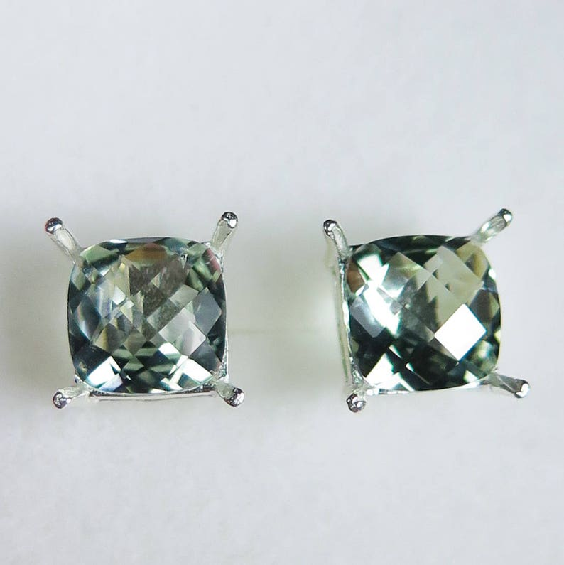 Wellingsale 14K Yellow Gold Polished Triangle Stud Earrings With Screw Back