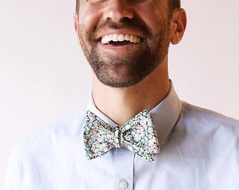 Menthe Liberty de Londres avec noeud bleu mariage noeud papillon, cravate homme menthe, cravate de garçons d'honneur, cravate, garçons d'honneur sur mesure cravate, cravate florale de menthe