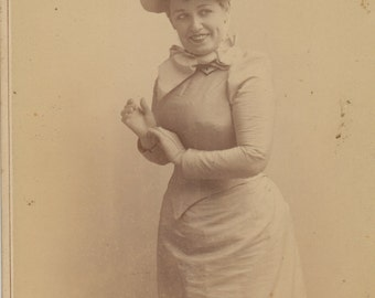 Theatrical cabinet card of actress by Falk