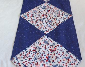 corridore della tabella reversibile realizzato con rosso, bianco e blu USA 4 ° luglio farfalla in tessuto di cotone con supporto tonale stella blu