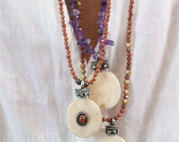 Necklace with a horn and agate pendant