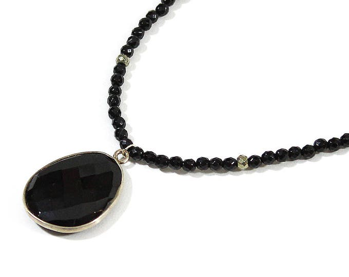 Necklace with a large onyx stone