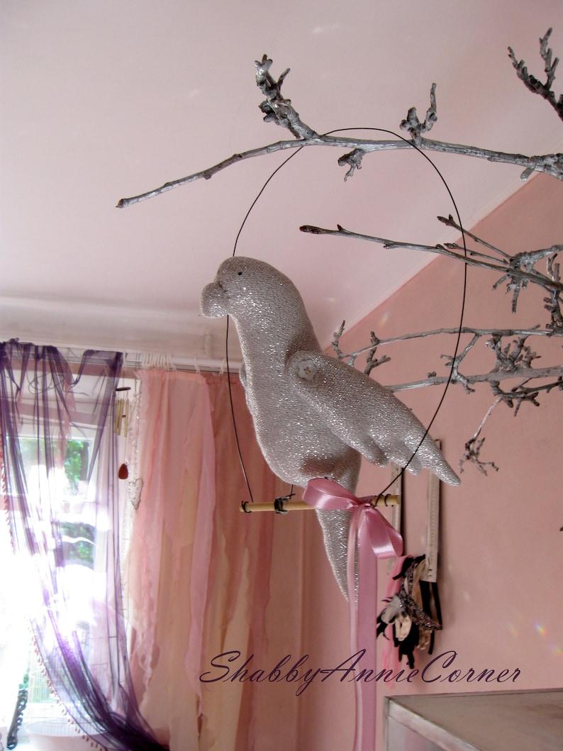Roze Valkparkiet op baars Swinging Papegaai Kaketoe mobiele roze vogel Baby  mobiele Ara papegaai roze kinderkamer inrichting Shabby chic Baby