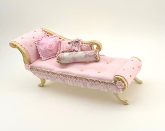 Romantic chaise longue capitone painted amno in soft pink tones. Scale 1.12