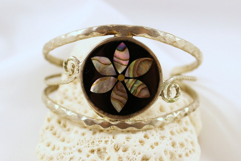 Vintage ALPACA MEXICO Hammered Wire Cuff Bracelet with Inlaid Abalone Flower Medallion