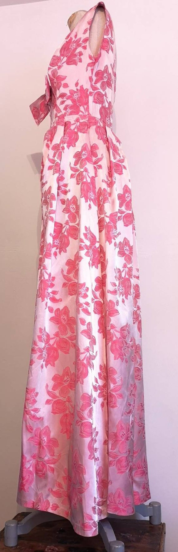 1950s Long Pink Brocade Dress with Bow Detail - image 3