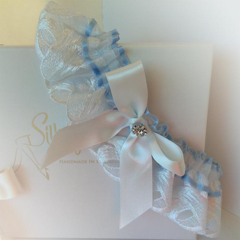 Boho Garter strumpfband hochzeit with a Bow and Crystal Vintage Wedding Garter in a Swiss Tulle /& Blue Ribbon unique wedding garter