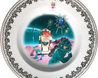 Robot Attack - Astronaut - Vintage Ceramica Plate - #0589