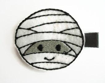 Girls hair clips: Halloween hair clip, smiling mummy hair clip in sparkle white . Felt hair clip. Mummy hair clip