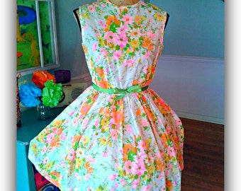 Lovely Vintage dress / Pin up / 1950's /Fit & Flare/ Garden Party Floral / Tea Party / Vintage dress/ Wedding / Bridal Shower /B36/W26
