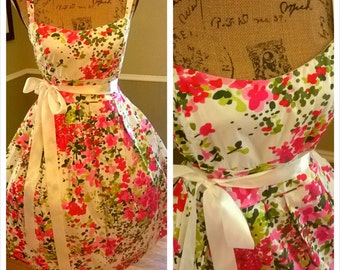 SALE********Lovely Vintage floral dress/ 50's/ Tea party/ wedding/ pin up/ Valentine's day/ garden party/ full sweep skirt/ Medium