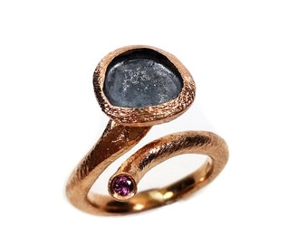 Seed ring in rosy silver and burnished with natural rhodolite