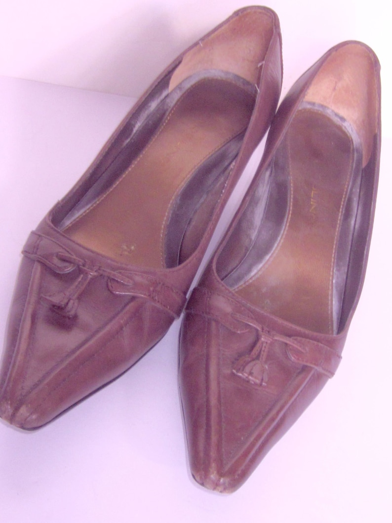 653e831213736 Vintage BANDOLINO Dark Taupe Leather Kitten Heel Pumps , SIZE 7 M Stacked  Leather Kitten Heel /Tassel Pointed Toe Detail