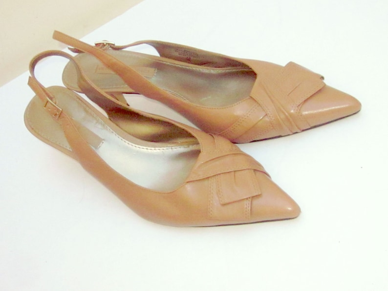 8eeaa144d870d Vintage BANDOLINO Taupe Leather Sling Back Pumps SIZE 7 M Leather Kitten  Heel/Banded Flap Toe Detail