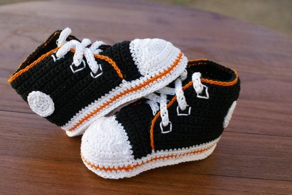 Schwarz mit Orange Umriss Converse inspiriert häkeln