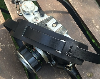 Neck leather strap for analog and digital photo cameras, vintage-style, with shoulder pad. Made in Italy.