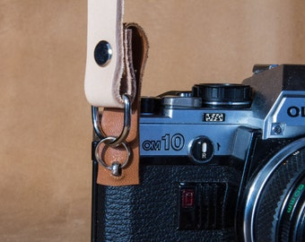 Neck leather strap with scratch protection for analog and mirrorless photo cameras, vintage-style. Made in Italy.