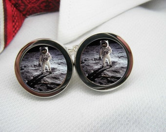 Astronaut walking on the moon cufflinks   NOV-SPA0001