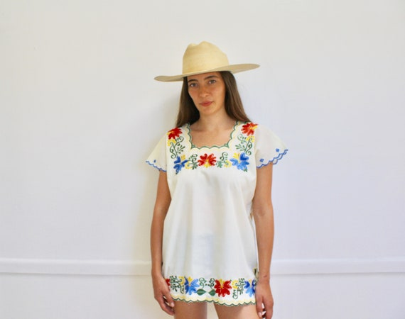 Mexican Daisy Blouse // vintage 70s Mexican embroidered dress 1970s boho hippie cotton hippy hippie white tunic // O/S