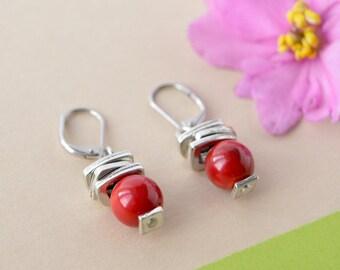 Boucles d'oreilles corail rouges, perle 8mm rouge, breloques argent empilées, crochet fermé acier inox, bijou intemporel rouge, Stella