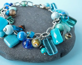 bracelet à breloques bleu océan, mariage cha cha, bracelet chunky turquoise, cadeau 60 et moins, bijou grappe aqua bleu royal turquoise