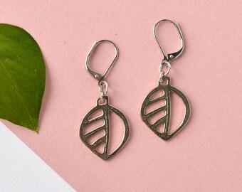 Medium leaf earrings, nature inspired jewelry, jewelry outdoor women, pewter lighweight earrings, silver leaf,  pewter jewelry Montreal