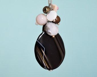 Pendentif grosse agate noire et breloques de perles de verre et pierres, chaîne en acier inox et petits tubes, vendu avec ou sans chaîne