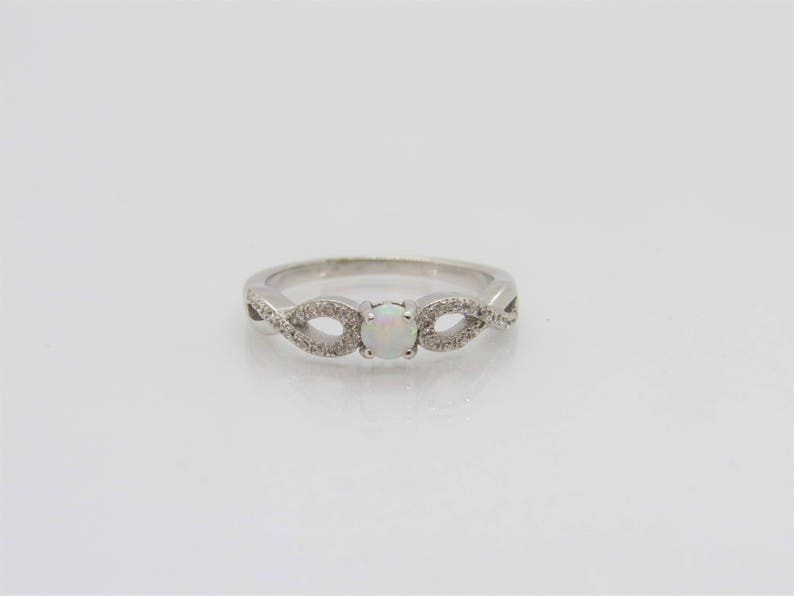 Vintage Sterling Silver Small Round cut White Opal /& White Topaz Twisted Celtic Ring Size 7