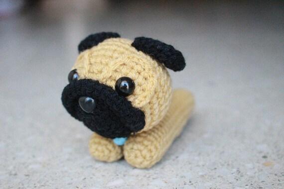 Hund Mops mit Knochen Häkelanleitung Amigurumi PDF | 380x570