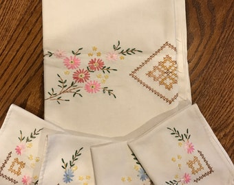 Table Topper, Tablecloth with 4 Napkins