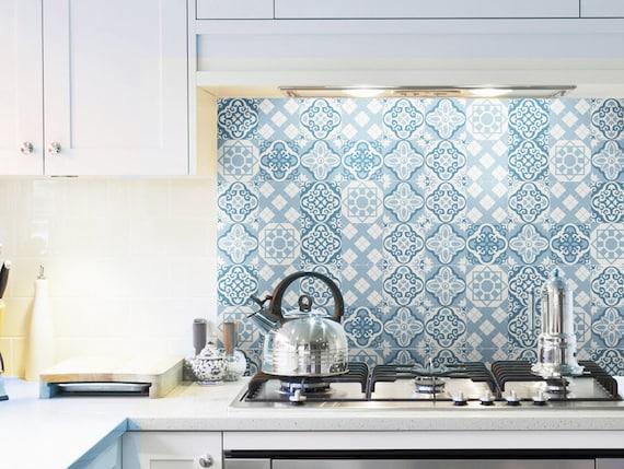 Interiore della cucina piastrelle bianche con grande finestra con