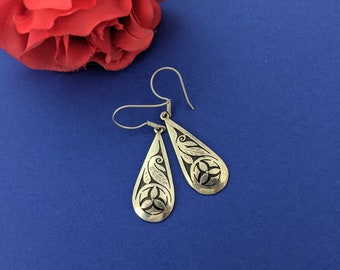 Sterling Silver Teardrop Incised Floral Dangle Earrings // Vintage Nepal Flower And Leaf Jewelry // Incised and Antiqued Himalayan Accessory