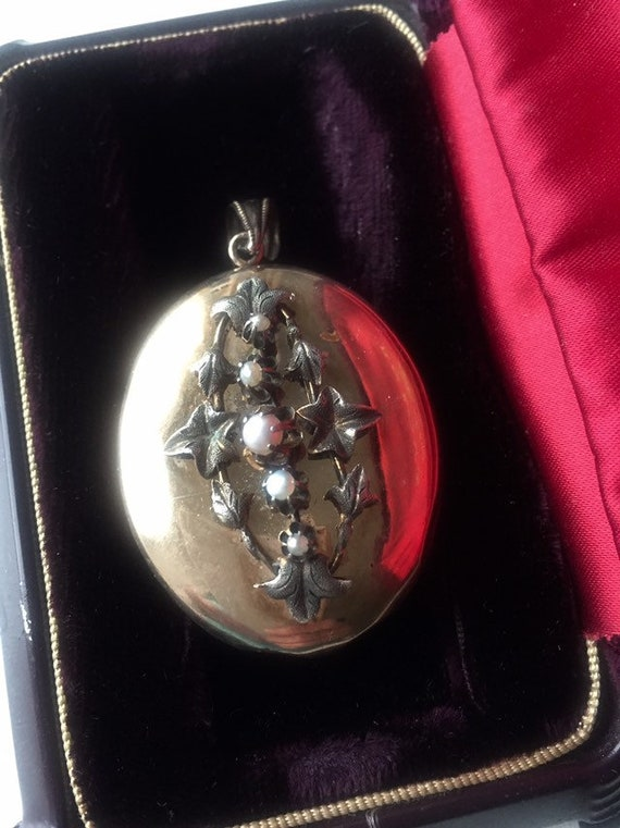 VICTORIAN ANTIQUE LOCKET Antique victorian pendent