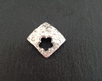 Lovely  99,9 % silver pendant in a square cut, lovely shape and structure, very trendy, eyecatcher,