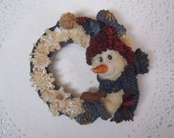 Vintage Boyd/'s Bears Brooch Snowman in Wreath Signed Discontinued Hallmark Store Collectible Pin White Green Holiday Accessory Christmas