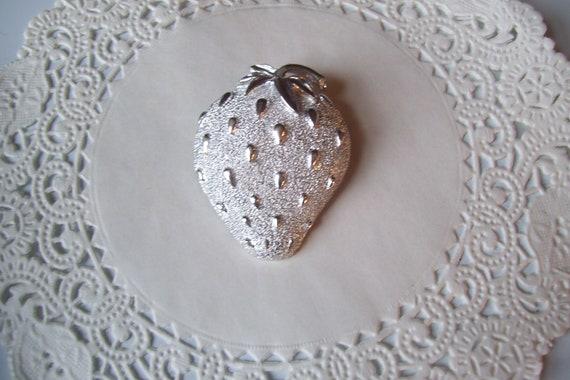 Strawberry brooch - Sarah Coventry Strawberry bro… - image 5