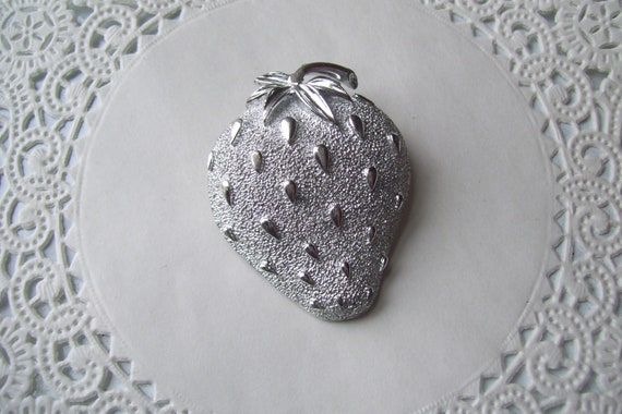 Strawberry brooch - Sarah Coventry Strawberry bro… - image 4