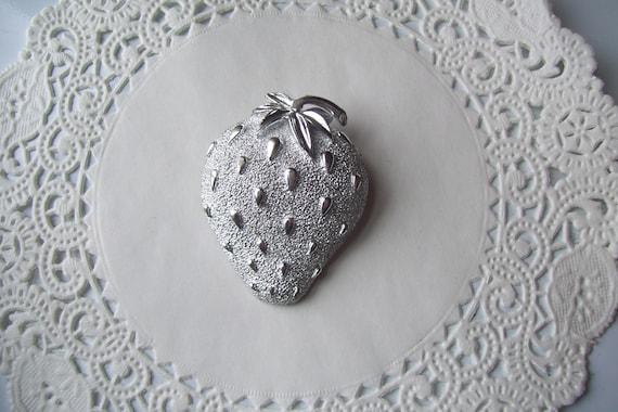 Strawberry brooch - Sarah Coventry Strawberry broo