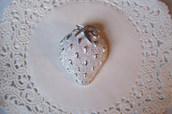 Strawberry brooch - Sarah Coventry Strawberry bro… - image 2