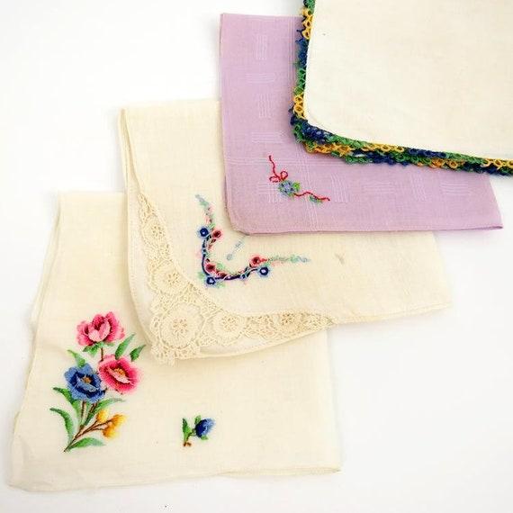 White with Colored Flowers /& Lace Edges 4 Vintage Hankies  Handkerchief Set
