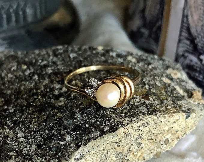 Beautiful vintage luminous 10K Gold genuine Cultured Pearl faceted tiny Diamond accented size 7.5 stamped Statement Ring